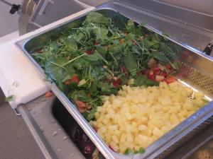 Sallad to be. Bladspenat, koriander, ananas, tomat och röd paprika