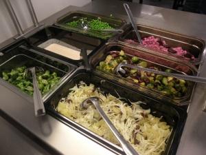 I mitten , kokt brysselkål, rödlök och kidneybönor i en vinägrettdressing. Närmast; vitkål med ananas och russin