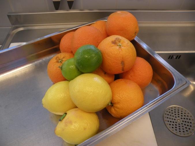 Citron som tillbehör, lime och apelsin på salladsbuffén