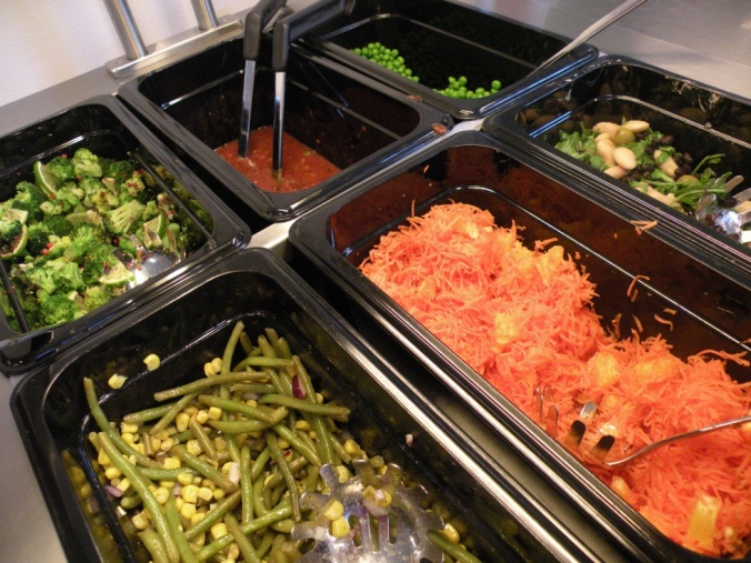 Del av salladsbuffén. Längst upp till vänster; broccoli, lime och rosépeppar