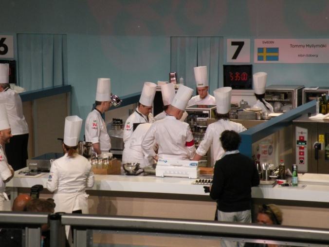 Överläggning strax innan startskottet går för Svenska laget