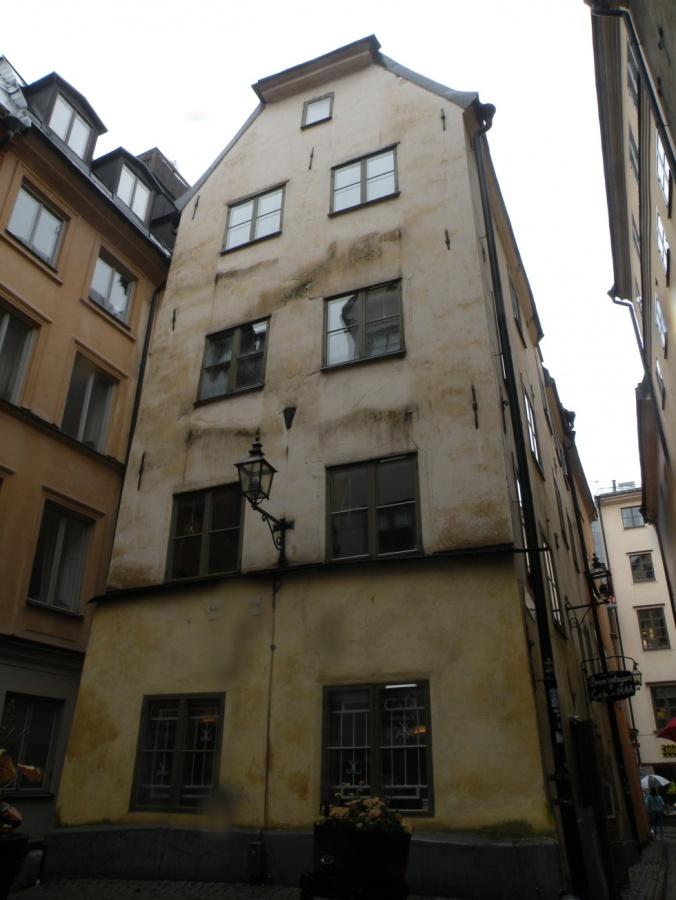 Undrar hur gammalt huset är och om någon bor där...