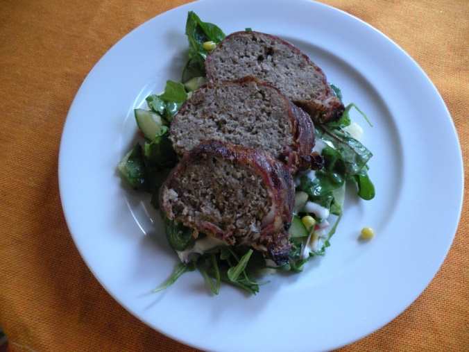 Köttfärslimpa och sallad. Gott om man inte vill ha en hel måltid.