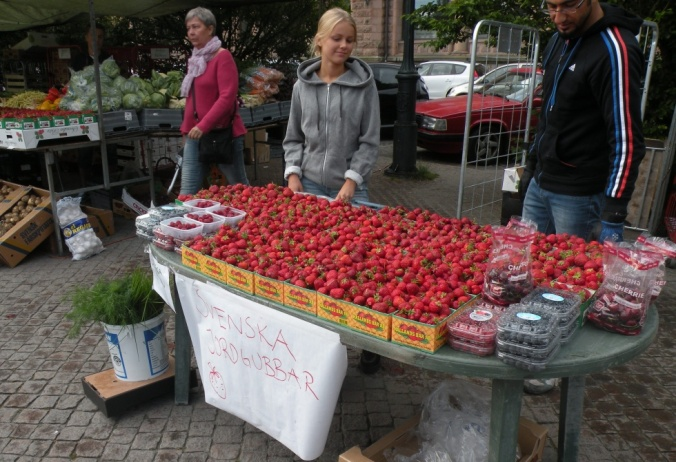 Svenska jordgubbar! De kommer att gå åt som smör i solsken idag