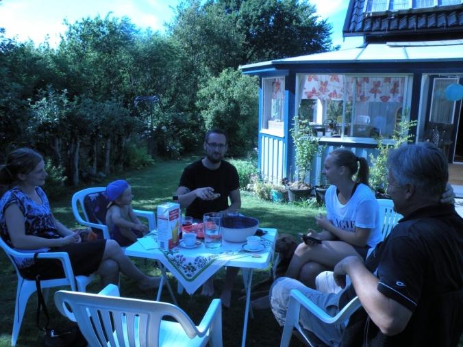 Fika i trädgården med familjen