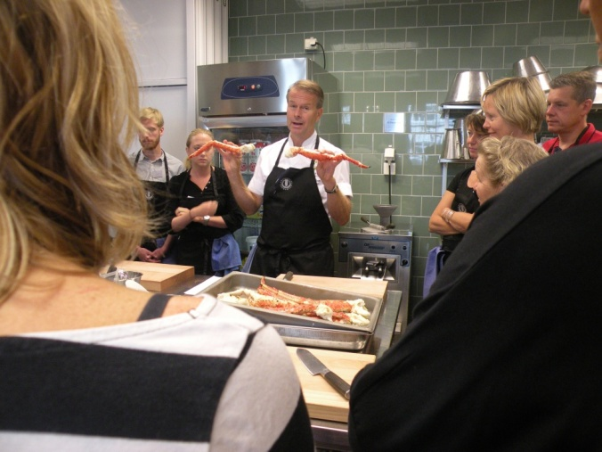 Fredrik Eriksson instruerar oss om hur vi ska anrätta Kamtjackakrabba.