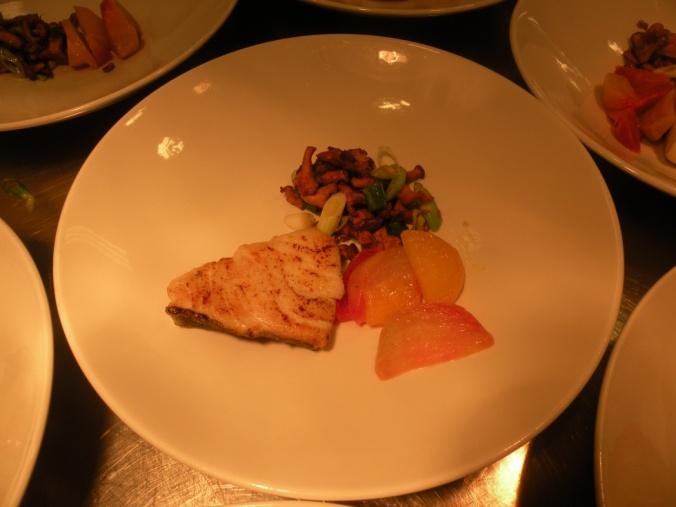 Rimmad torskrygg med säsongens grönsaker och smörsås