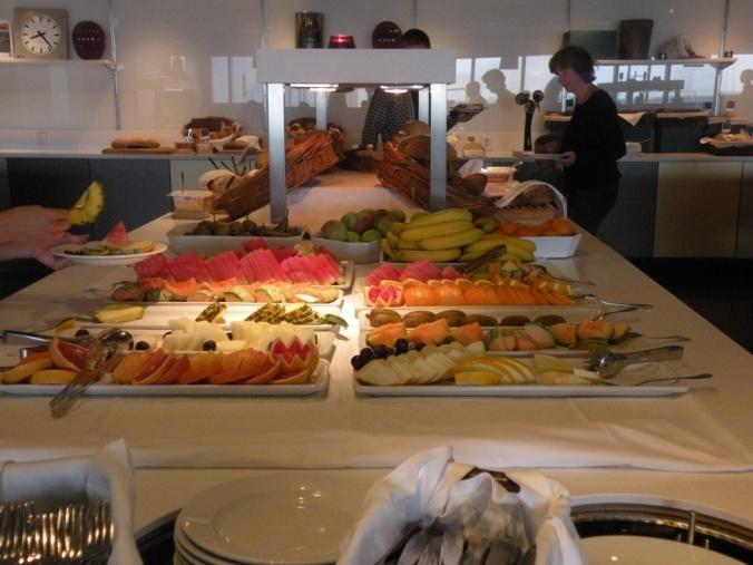 Bröd av olika slag och massor av fräsch frukt