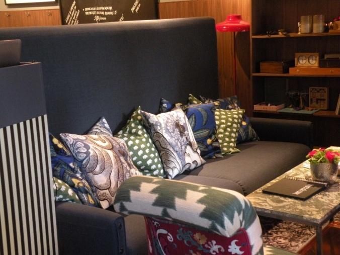 Här kan man mysa och småprata eller dryfta allvarliga ting bland kuddarna i soffan. Hemtrevligt!