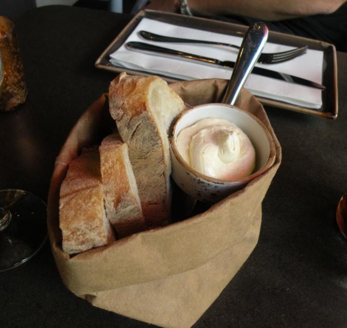 Gott bröd med citron- och pepparrotssmör