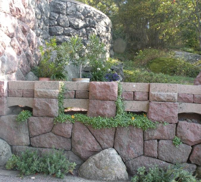 Stenmur med grönt förtecken
