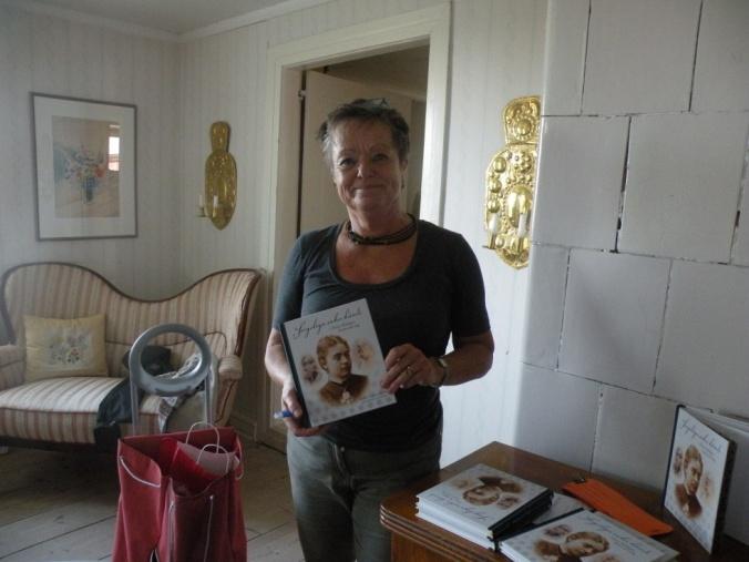 """Kathinka Lindhe med sin bok, """"Sorgeliga saker hända"""""""