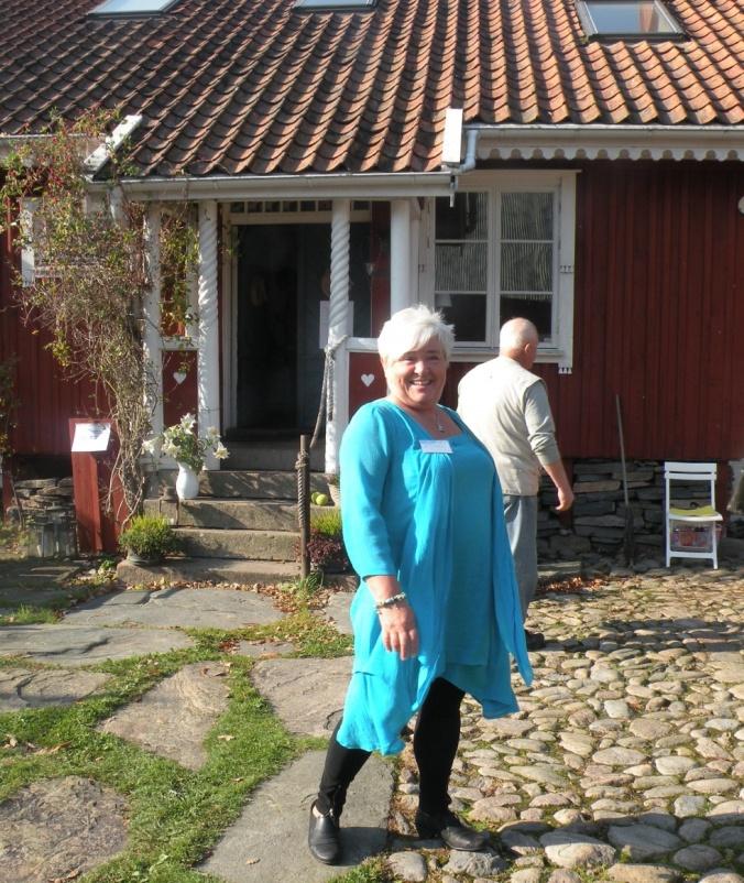 Torna Gård. Den charmiga kvinnan är en av våra kursledare, Hélen Andersson!