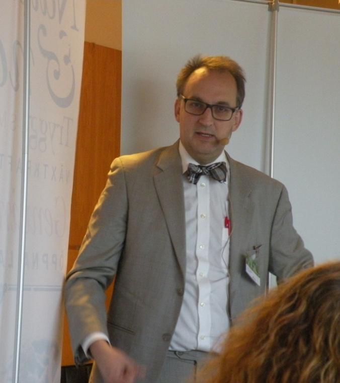Martin Ragnar föreläser.