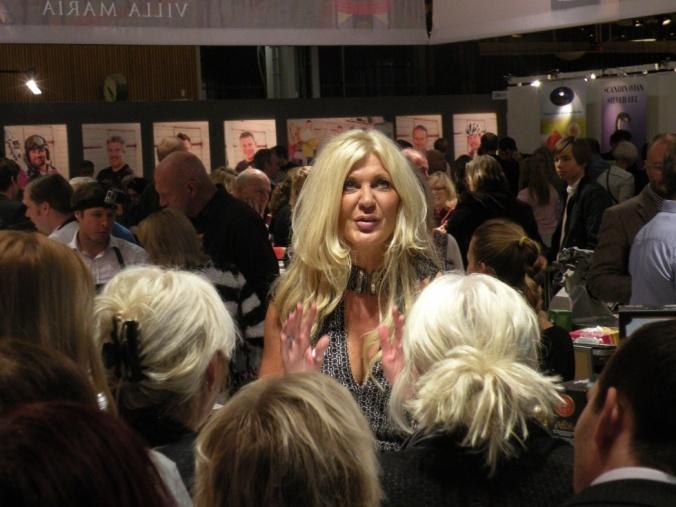Maria Montazami delar med sig av sina kunskaper i en Champagne-monter