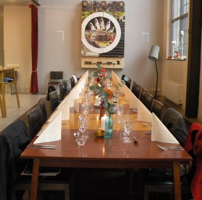 Vackert dukat bord i den ljusa, luftiga lokalen på Restaurangakademien