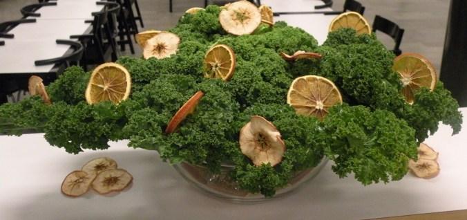 Grönkål pyntad med torkade apelsin- och äppleskivor