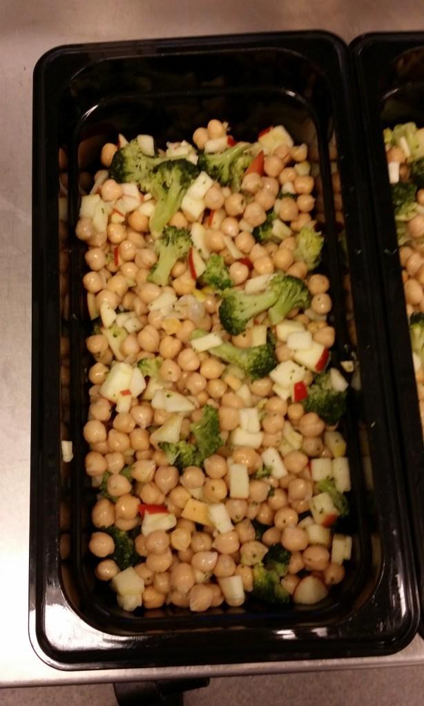Sallad av kikärtor, broccoli och goda friska, sötsyrliga äpplen.