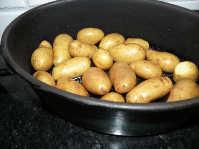Smält smör och mandelpotatis i mammas stekgryta i ugnen