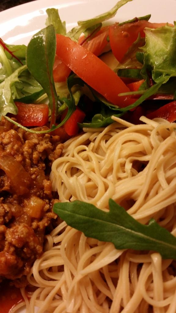 Bönpasta, köttfärssås och en god sallad