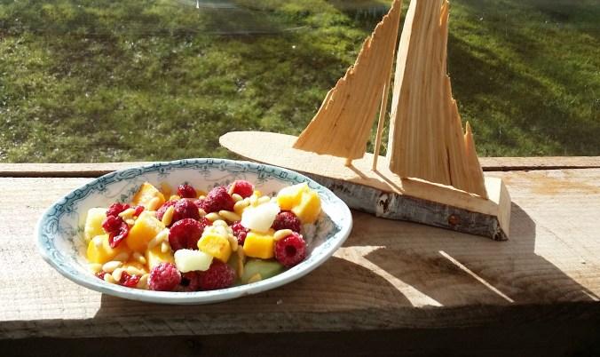 Mango, druvor, hallon, melon, ananas, tranbär och pinjekärnor på fina fatet Venus från Gustafsberg