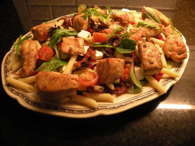 Fräsch kycklingsallad på fatet Mignon från Gefle Porslin