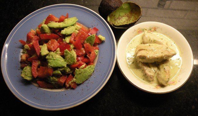 Pestokyckling med avokado & paprikasallad