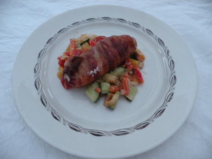 """Baconlindad kycklinglårfilé med grönsaker på fina tallriken """"Ingrid"""" från Gefle porslinsfabrik"""
