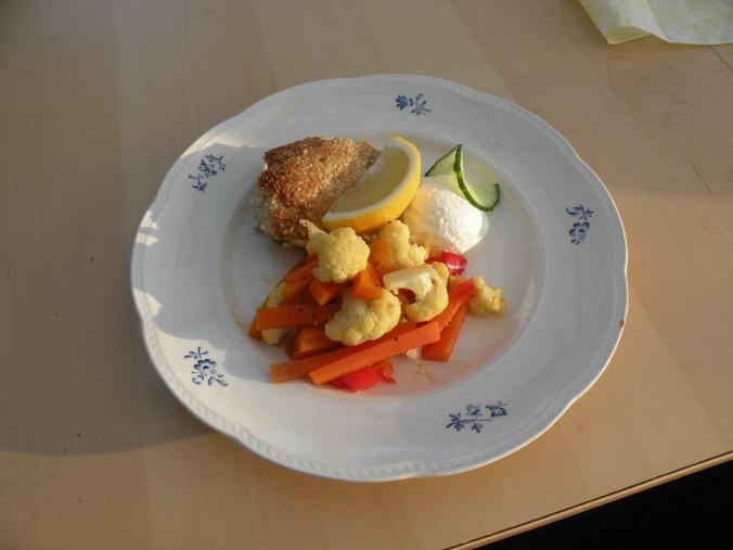 Saftig torsk med spröd yta på vackra tallriken Blå Ros från Gefle porslin