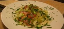 Pressad potatis, lax, brynt smör och skivad färsk sparris toppat med färska örter