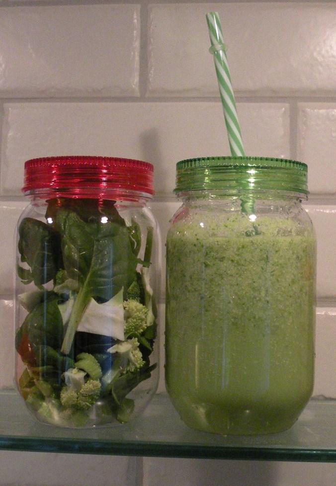 Min grönsaksboost hemma i mitt kök före och efter mixern!