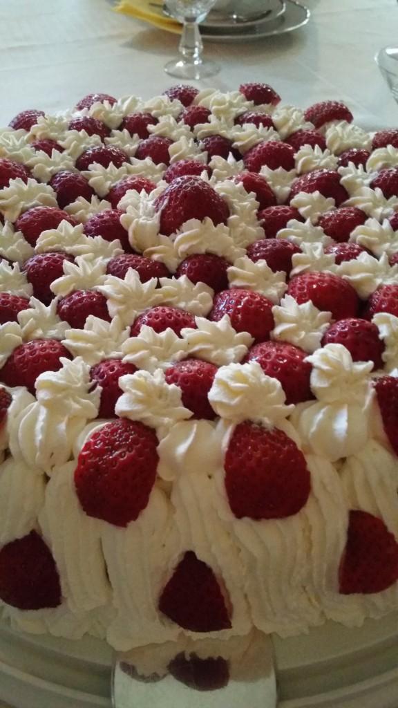 Och på midsommardagen blev jag bjuden på denna ljuvliga jordgubbstårta!