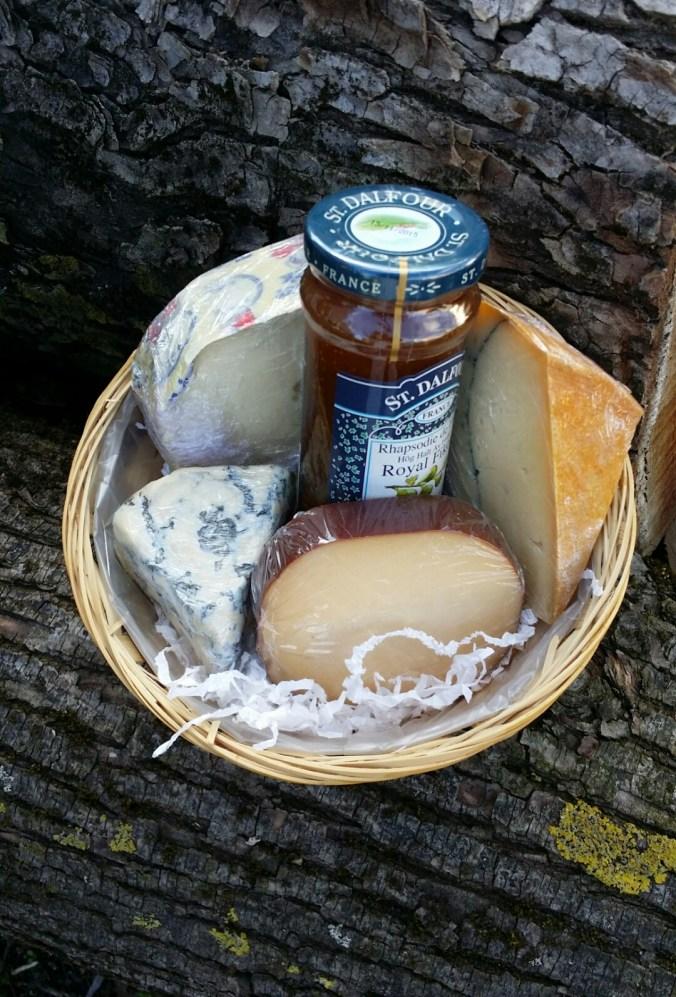 Goda ostar. Morbier med ett stråk av träaska i mitten, en rökt ost, Saint Agur från Frankrike och danska Skipper som är lagrad i 40 veckor.
