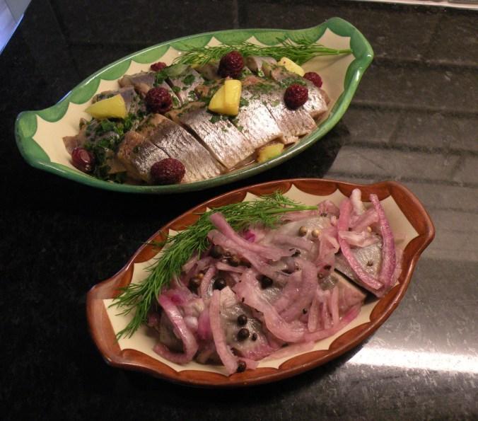 Klassisk löksill och matjessill pyntad med friska hallon och mango.
