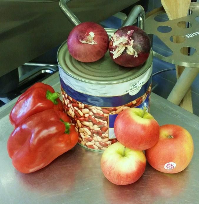 Röd paprika, saftiga sötsyrliga äpplen, bönor i olika färger och rödlök.