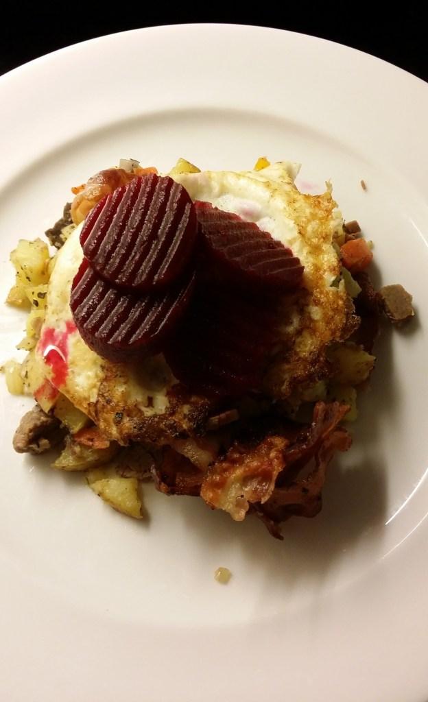 Färdig portion. Pytt, ägg och rödbetor!