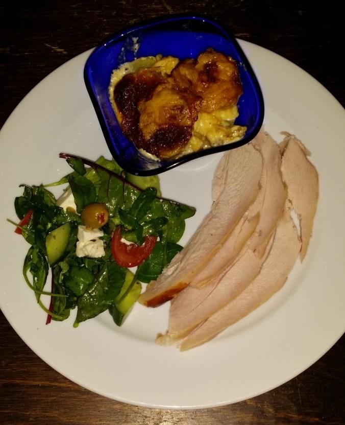 Gott och fräscht med rökt kyckling och sallad. Till det en krämig potatisgratäng som fått stå i ugnen länge på lägra värme.