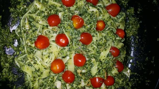 Grönkåls- kyckling- och pastagryta med tomater! Sååå gott!