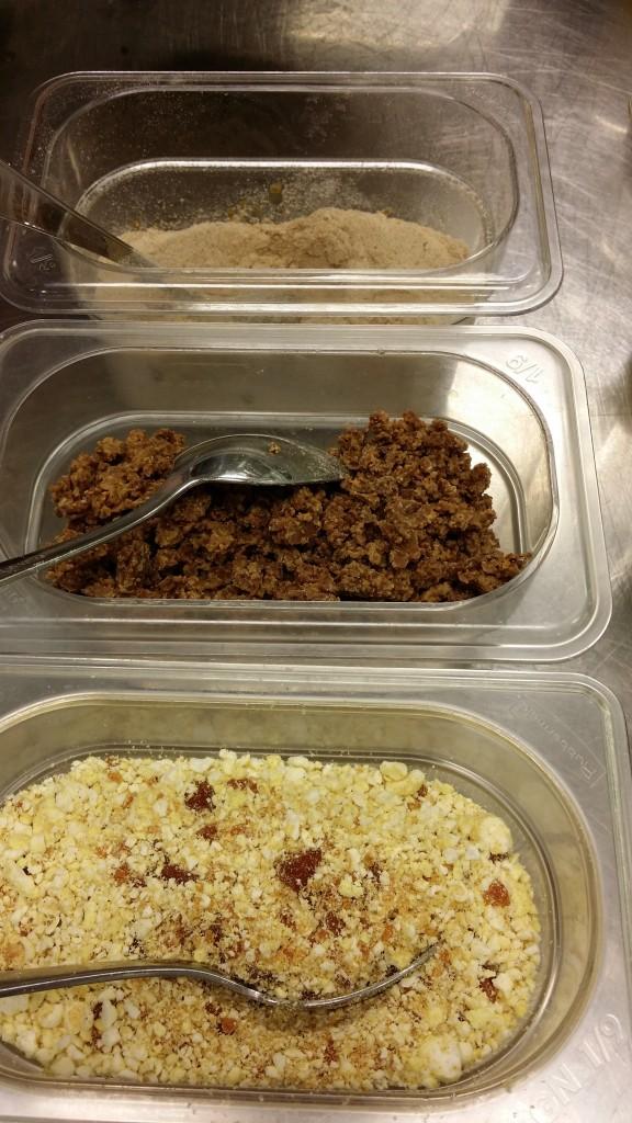 Popcornnougatine, karamelliserad choklad och lakrits/maltpulver