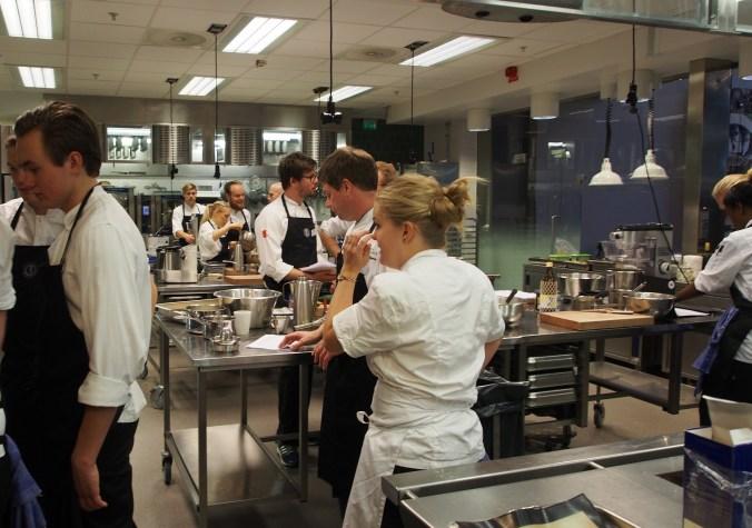 Ivrigt arbete i Restaurangakademiens kök!