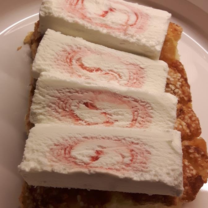 Glass i skivor på sockerkaka. Här använde jag persiskokakan från i julas, men det är inte att rekommendera för den kombinationen blev hiskeligt söt.