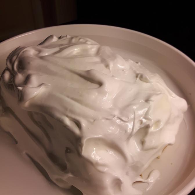 Se till så glassen är väl täckt av marängsmeten